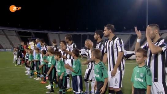 Die Teams vor Anpfiff im leeren Stadion